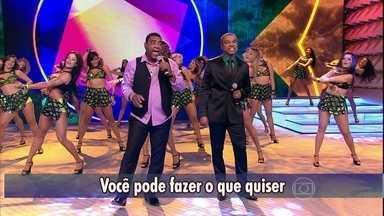 """Só Pra Contrariar e Raça Negra cantam """"É tarde demais"""" - Grupos se apresentam juntos no palco do Domingão"""