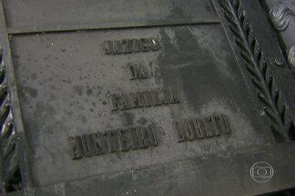 Quatro pessoas foram presas com 29 placas de bronze retiradas de cemitérios de São Paulo - Uma das peças é do túmulo da família do escritor Monteiro Lobato. Segundo a polícia, grupo iria vender o material para um ferro-velho.