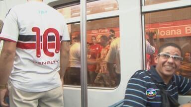Torcedores do Náutico e do Santa cruz se enfrentam antes do clássico - Alvirrubros tentam invadir vagão do metrô com tricolores