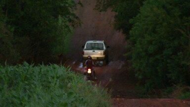 Péssimas condições das estradas rurais prejudicam o escoamento da produção - Pequenos produtores são os que mais sofrem com os buracos e péssimas condições das estradas ruruais da fronteira.