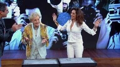 Christiane Torloni e Monah Delacy assinam a Calçada da Fama - Mãe e filha marcam suas mãos juntas