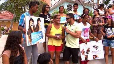 Fãs das Coleguinhas tietam no Se Liga VM - Fã clube das cantoras Simone e Simaria participam do programa desse sábado