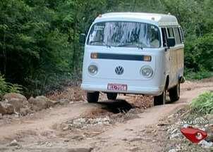 Buracos e valetas revoltam moradores de Burarama, zona rural de Cachoeiro, Sul do ES - As estradas de Burarama estão cheias de buracos.Moradores reclamam da situação.