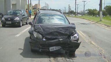 Colisão entre dois carros deixa cinco feridos em marginal da Avenida John Boyd Dunlop - Na tarde desta quarta-feira (24) uma colisão entre dois carros na marginal da Avenida John Boyd Dunlop deixou cinco pessoas feridos, sendo duas crianças. Testemunhas disseram que um dos motoristas estava embriagado.