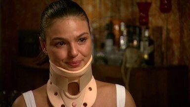 'Acho que passou muito perto', se emociona Isis Valverde sobre acidente - Atriz contou as dificuldade do tratamento com o colar que imobiliza o pescoço Confira trechos inéditos da entrevista.