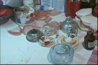 Consultório odontológico clandestino é descoberto na Bahia - Clínica funcionava na casa de um homem de 50 anos, onde eram feitas e aplicadas próteses dentárias.