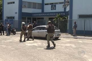 Policial civil é preso por PM durante 'confusão' em Salvador - Situação ocorreu no bairro de Pernambués, na manhã desta segunda-feira (24).