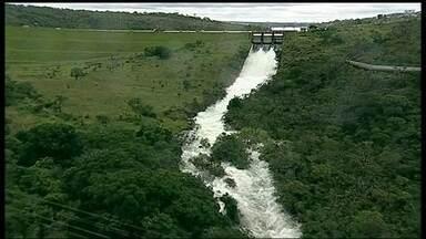 CEB é obrigada a abrir todas as comportas da barragem do Paranoá com as chuvas - A CEB concluiu a abertura de três comportas da barragem do Paranoá. Mesmo assim, a Prainha da Península dos Ministros e píeres continuavam submersos.