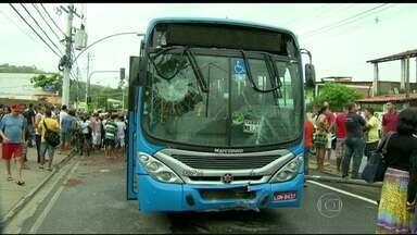 Três crianças morrem atropeladas por ônibus no Rio - Três crianças morreram atropeladas por um ônibus na Zona Oeste. O motorista foi preso em flagrante.