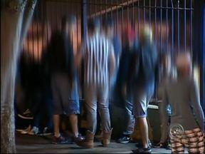 Polícia deve intensificar rondas próximo ao shopping de Itapetininga - Decisão da PM foi tomada após reportagem produzida pela equipe do TEM Notícias, que flagrou adolescentes usando drogas e bebidas alcoólicas, no período da noite, próximo ao shopping de Itapetininga (SP).