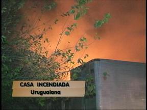 Incêndio atinge casa de madeira em Uruguaiana, RS - Bombeiros contaram com a ajuda do exército para conter as chamas.