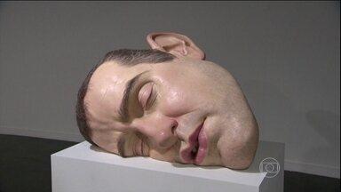 Exposição do artista australiano Ron Mueck impressiona pelo realismo - Esculturas gigantes de seres humanos trazem detalhes de veias, pêlos e olhos. Mueck é um artista que passa vários anos para criar cada figura realista.