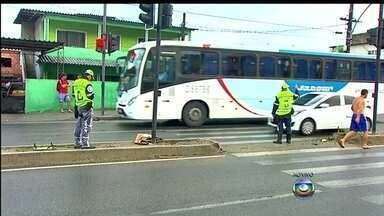 Agentes orientam o trânsito na região onde ônibus atropelou crianças em Guaratiba - Os agentes da CET-Rio também auxiliam os pedestres numa travessia segura. Moradores revoltados com o acidente com ônibus alimentador da Transoeste fizeram um protesto nesta terça-feira (25). Uma cruz foi colocada próxima a um sinal de trânsito.