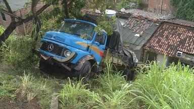 Caminhão invade duas casas e está há três dias no mesmo local - Caminhão continua lá, ameaçando destruir ainda mais os imóveis e provocar novos acidentes.