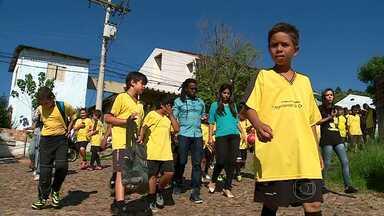 Bom exemplo: Tinga é voluntário em projeto social na perifería de Porto Alegre - O volante do Cruzeiro ajuda crinças em um projeto na perifería de Porto Alegre