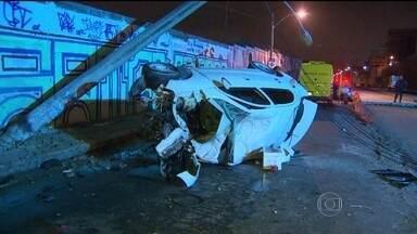 Três jovens morrem em grave acidente em Vicente de Carvalho - Dos cinco jovens que voltavam de uma festa na madrugada desta quinta-feira (27), em Vicente de Carvalho, somente dois sobreviveram. Eles foram socorridos no local e levados ao hospital mais próximo.