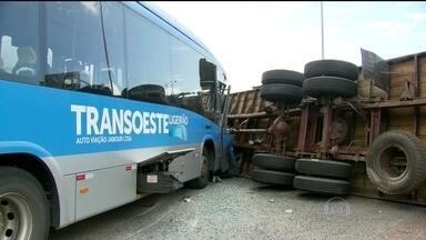 Acidente envolve ônibus do Sistema BRT e caminhão na Zona Oeste do Rio - O acidente que deixou, pelo menos, 30 pessoas feridas, aconteceu na saída do túnel da Grota Funda. O caminhão fez uma manobra irregular e foi atingido pelo ônibus.