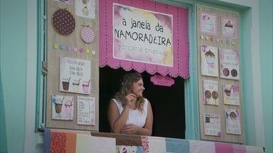 Conheça a história de Iara: que deixou a carreira na capital para vender doces na janela - Iara sempre foi apaixonada por doces. Ela desistiu de uma carreira na capital, para seguir seu sonho de fazer doces e vendê-los em sua janela.