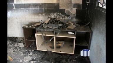 Duas crianças morrem em incêndio em Pindamonhangaba, SP - Duas crianças, de cerca de 2 e 4 anos, morreram carbonizadas após um incêndio na casa onde moravam na manhã deste domingo (30) no bairro Araretama, em Pindamonhangaba, no interior de São Paulo. Outras três pessoas, sendo a mãe e outras duas crianças.