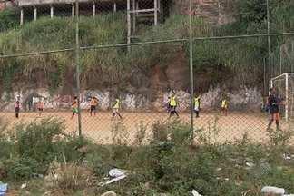 Moradores do bairro do Pau Miúdo reclamam do estado da quadra de futebol no local - O tradicional baba de domingo é uma das principais opções de lazer para muita gente em Salvador.