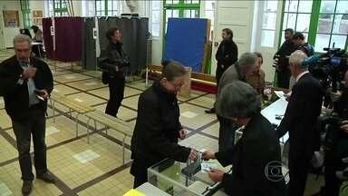 Partido socialista francês sofre pesada derrota nas eleições municipais - O partido do presidente François Hollande perdeu mais de 150 prefeituras para o partido conservador de oposição. A extrema-direita avançou em 13 cidades. O índice de abstenção bateu recorde com quase 40%. Uma mulher foi eleita prefeita de Paris.