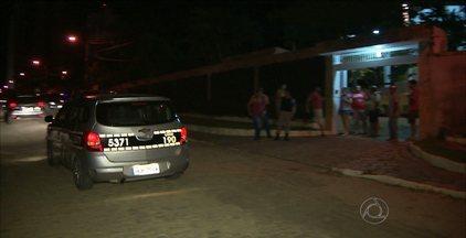 Bandidos tentam invadir casa de desembargador e levam filho como refém em João Pessoa - Várias viaturas da Polícia Militar fizeram buscas pelo bairro do Altiplano para encontrar assaltantes.