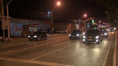 Motoristas desrespeitam faixas exclusivas do transporte público, em Fortaleza - Faixas foram implementadas na Avenida Bezerra de Menezes.