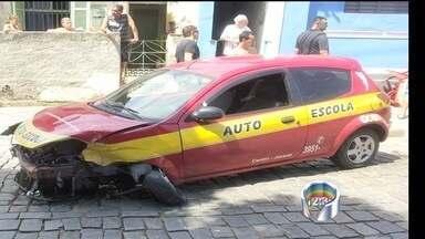 Carro de autoescola desgovernado invade bar e atropela dois em Jacareí, SP - Vítimas jogavam baralho no local; um teve perna amputada após acidente. Exame atestou que motorista estava embriagado; ele foi preso.