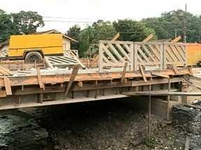 Construção de ponte divide rua em Blumenau e incomoda moradores - Construção de ponte divide rua em Blumenau e incomoda moradores
