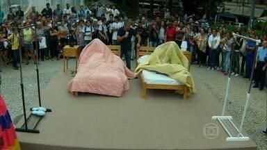 Vídeo Show faz teste com edredom nas ruas - Público participa de brincadeira para trocar de roupa com ajuda do edredom