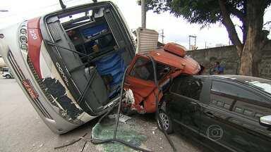 Batida com carros, ônibus e caminhão deixa 17 pessoas feridas em Contagem - Segundo os bombeiros, o ônibus bateu em um caminhão que estava parado. Em seguida, três carros e duas motos foram prensados pelos dois. Os passageiros do ônibus saíram pela janela de emergência.
