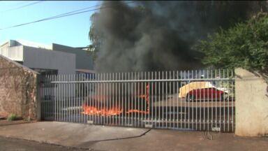Carro pega fogo dentro do pátio de um posto de gasolina em Londrina - A equipe de reportagem acompanhou o trabalho dos bombeiros para evitar que as chamas atingissem o posto e causasse mais problemas.