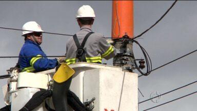 Postes clandestinos com fiação irregular são retirados no centro de Curitiba - São postes que suportam fios irregulares de empresas de telefonia e tv a cabo, que podem causar acidentes.