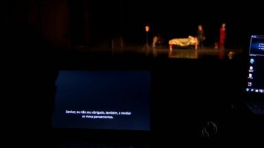 Festival de Curitiba traz peça de teatro estrangeira com legenda - É uma novidade no teatro, um artifício trazido do cinema que está dando certo pra quem quer assistir a uma peça em outra língua.