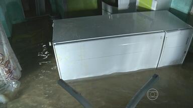 Cano estoura e alaga imóveis no bairro de Jardim São Paulo - Famílias perderam tudo e uma escola foi atingida.