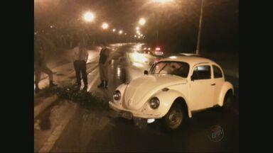 Motorista abandona carro em avenida e foge em Poços de Caldas (MG) - Motorista abandona carro em avenida e foge em Poços de Caldas (MG)