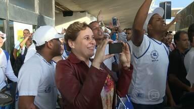 Cruzeiro recebe apoio da torcida no embarque para o Chile - Torcedores do Cruzeiro marcaram presença no aeroporto, para apoiar o time na ida para o Chile