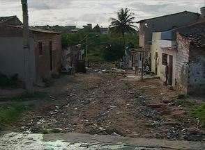 Cidade Real mostra falta de calçamento na Rua Carteiro José Marcos, em Caruaru - Buracos na metade da via causam prejuízos aos moradores, no Bairro do Salgado. Segundo eles, problema ocorre há dez anos.