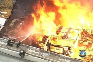 Bombeiros têm dificuldade em controlar incêndio em favela na Zona Leste de SP - Favela que fica no viaduto Engenheiro Alberto Badra, na Penha, foi atingida por um incêndio na tarde desta quarta-feira (2).