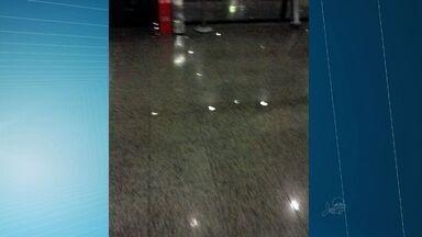 Aeroporto de Fortaleza tem goteiras após dia de chuva forte - Infraero diz que faz reparos para evitar futuras goteiras.