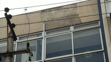 Revestimento de fachada de prédio desaba em Barra Mansa, RJ - Problema aconteceu depois de uma chuva isolada; secretário de Planejamento Urbano alega que são feitas vistorias constantemente nas construções do município.