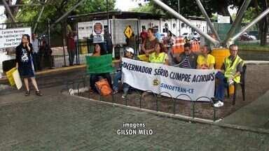 Servidores do Detran se acorrentam em protesto por melhores condições de trabalho - Protesto seguiu na tarde desta quarta-feira.