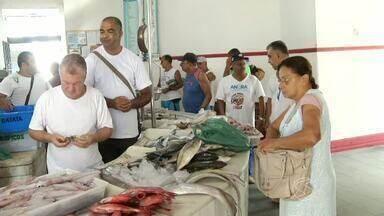 Peixes são opções de alimento para moradores do Sul do RJ durante Quaresma - Muita gente prefere abrir mão da carne vermelha durante o período; mercado em Angra dos Reis oferece variedade de espécies.