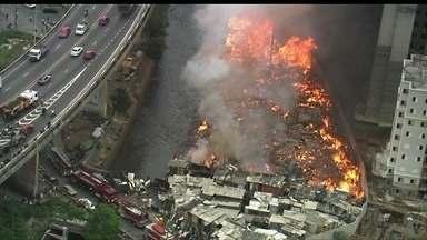 Incêndio atinge favela na Zona Leste de São Paulo - O fogo destruiu cerca de 70 barracos e também prédios próximos, que estavam em construção. Uma pessoa sofreu queimaduras leves.