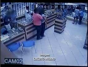 Câmera de segurança registra assalto em joalheria de Fabriciano - Três jovens se passam por clientes, mas pouco tempo depois anunciam o assalto.