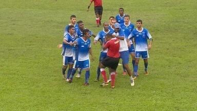 Membro da Comissão do Penarol agride árbitro durante confusão em jogo, no AM - Time fez gol enquanto torcedor estava no campo e gerou briga no local.