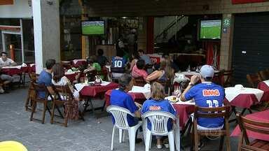 Com Independência lotado, quem não conseguiu uma vaguinha viu o jogo como pôde - Muitos cruzeirenses, por exemplo, preferiram assistir o jogo em bares.