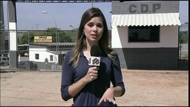 Flagrante mostra drone jogando pacote dentro de presídio no interior de SP - É a segunda vez que isso acontece em menos de um mês, em São José dos Campos. A revista detalhada está sendo feita por 40 agentes do grupo especial da Secretaria de Administração Penitenciária.