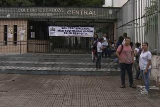 Integrantes do Sindlimp impedem entrada de alunos e professores em escolas estaduais - Eles protestam contra a falta de pagamento dos funcionários terceirizados que trabalham nos colégios e universidades estaduais.