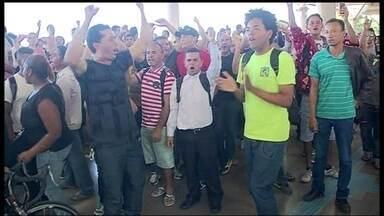 Passageiros protestam após não conseguir embarcar no metrô de Ceilândia - Confusão no metrô em Ceilândia. Nesta quarta-feira (9), quem tentou embarcar na parte norte da cidade não conseguiu. Os passageiros foram para as ruas protestar.